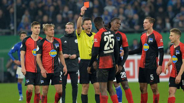 Hy hữu: HLV ở Đức làm phúc phải tội, ăn thẻ đỏ sau khi... đỡ cầu thủ đối phương đứng dậy - Ảnh 6.