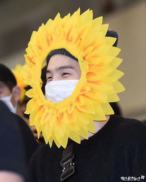 Cuối cùng fan cũng biết được lý do vì sao 3 mỹ nam BTS lại hóa thành... hoa hướng dương tại sân bay! - Ảnh 2.
