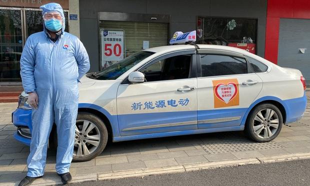 Taxi từ thiện giữa tâm dịch Vũ Hán - Ảnh 1.