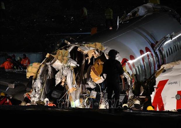 Máy bay gặp nạn, vỡ làm ba trước khi hạ cánh: 1 người chết, 157 người bị thương - Ảnh 1.