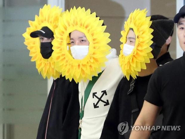 Cuối cùng fan cũng biết được lý do vì sao 3 mỹ nam BTS lại hóa thành... hoa hướng dương tại sân bay! - Ảnh 3.
