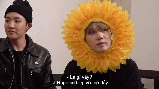 Cuối cùng fan cũng biết được lý do vì sao 3 mỹ nam BTS lại hóa thành... hoa hướng dương tại sân bay! - Ảnh 4.