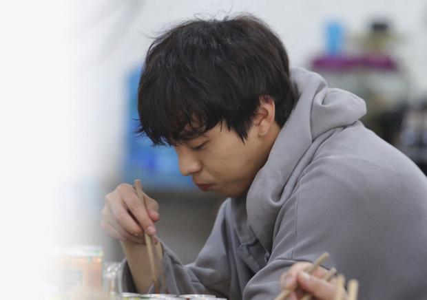 Hậu trường màn khoá môi tên lửa ở Người Thầy Y Đức 2: Ahn Hyo Seop hôn Lee Sung Kyung ngon hệt như ăn một tô bún bò? - Ảnh 5.