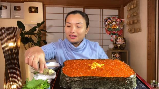 Quỳnh Trần JP chơi lớn làm hẳn sushi hình cờ đỏ sao vàng siêu to khổng lồ cỡ 4, 5 người ăn mới xuể - Ảnh 14.