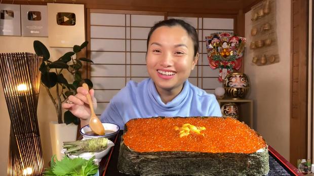 Quỳnh Trần JP chơi lớn làm hẳn sushi hình cờ đỏ sao vàng siêu to khổng lồ cỡ 4, 5 người ăn mới xuể - Ảnh 1.