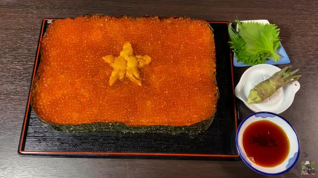 Quỳnh Trần JP chơi lớn làm hẳn sushi hình cờ đỏ sao vàng siêu to khổng lồ cỡ 4, 5 người ăn mới xuể - Ảnh 2.