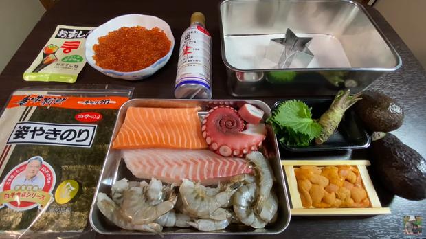 Quỳnh Trần JP chơi lớn làm hẳn sushi hình cờ đỏ sao vàng siêu to khổng lồ cỡ 4, 5 người ăn mới xuể - Ảnh 4.