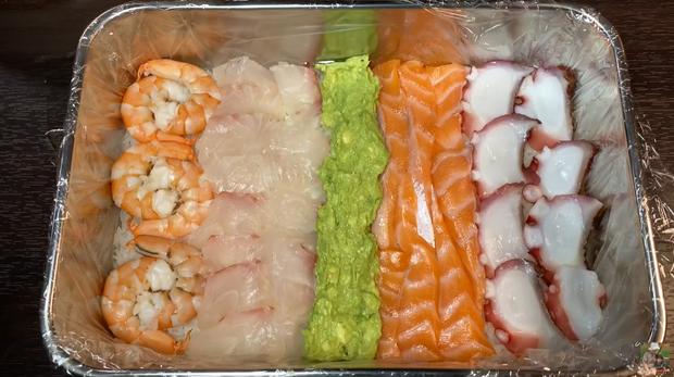 Quỳnh Trần JP chơi lớn làm hẳn sushi hình cờ đỏ sao vàng siêu to khổng lồ cỡ 4, 5 người ăn mới xuể - Ảnh 10.