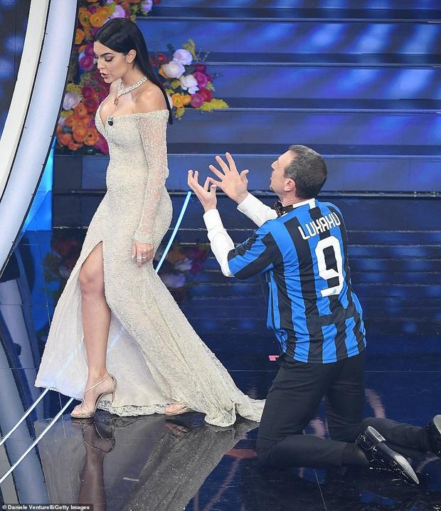 Ronaldo không rời mắt khỏi điệu nhảy nóng bỏng của bạn gái nhưng khoảnh khắc tình cảm sau đó của cặp đôi mới khiến cả khán phòng ghen tỵ - Ảnh 9.