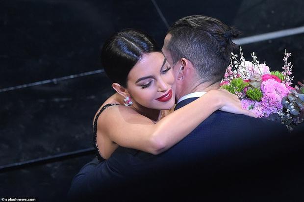 Ronaldo không rời mắt khỏi điệu nhảy nóng bỏng của bạn gái nhưng khoảnh khắc tình cảm sau đó của cặp đôi mới khiến cả khán phòng ghen tỵ - Ảnh 7.