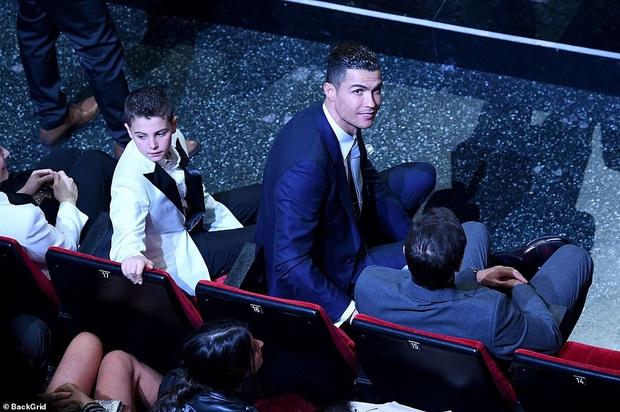 Ronaldo không rời mắt khỏi điệu nhảy nóng bỏng của bạn gái nhưng khoảnh khắc tình cảm sau đó của cặp đôi mới khiến cả khán phòng ghen tỵ - Ảnh 8.