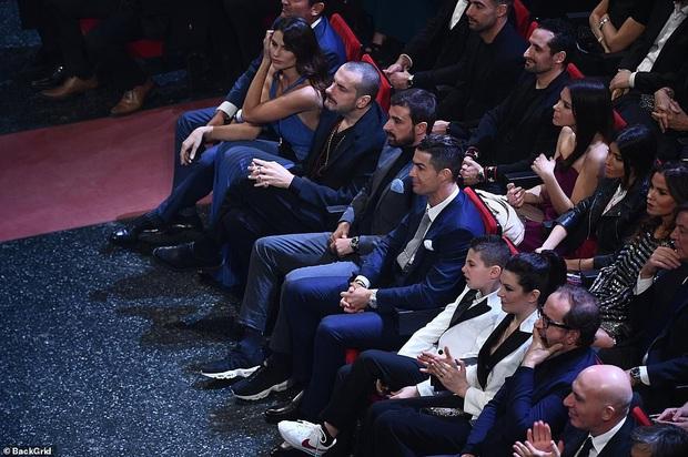 Ronaldo không rời mắt khỏi điệu nhảy nóng bỏng của bạn gái nhưng khoảnh khắc tình cảm sau đó của cặp đôi mới khiến cả khán phòng ghen tỵ - Ảnh 3.