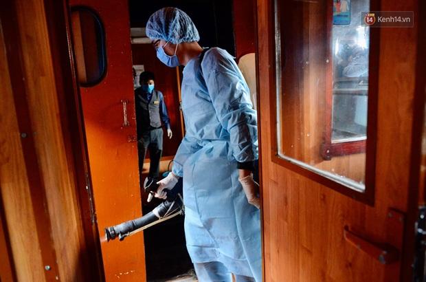 Chùm ảnh: Phun khử trùng, vệ sinh các đoàn tàu tại ga Hà Nội phòng tránh dịch nCoV - Ảnh 8.