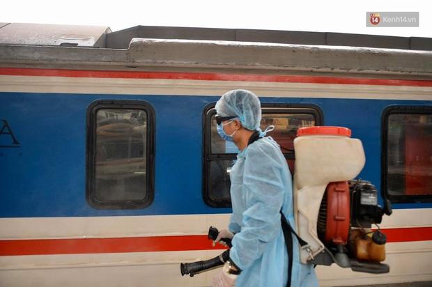 Chùm ảnh: Phun khử trùng, vệ sinh các đoàn tàu tại ga Hà Nội phòng tránh dịch nCoV - Ảnh 5.