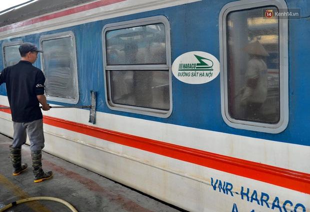Chùm ảnh: Phun khử trùng, vệ sinh các đoàn tàu tại ga Hà Nội phòng tránh dịch nCoV - Ảnh 1.
