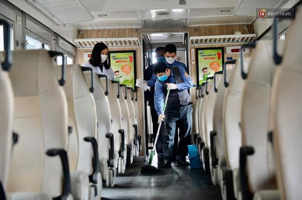 Chùm ảnh: Phun khử trùng, vệ sinh các đoàn tàu tại ga Hà Nội phòng tránh dịch nCoV - Ảnh 12.