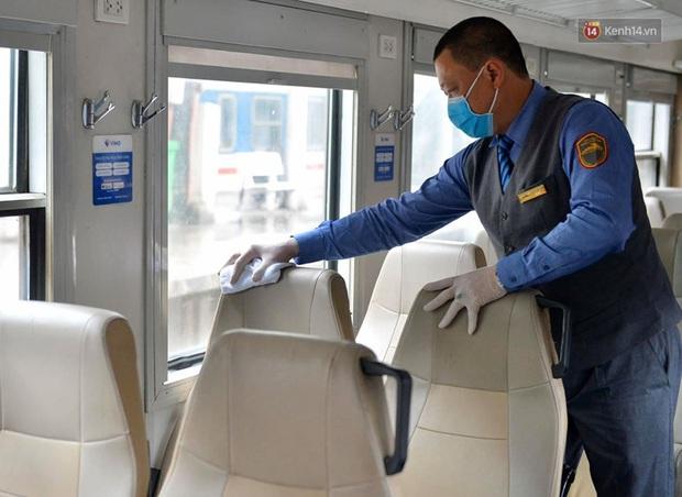 Chùm ảnh: Phun khử trùng, vệ sinh các đoàn tàu tại ga Hà Nội phòng tránh dịch nCoV - Ảnh 13.