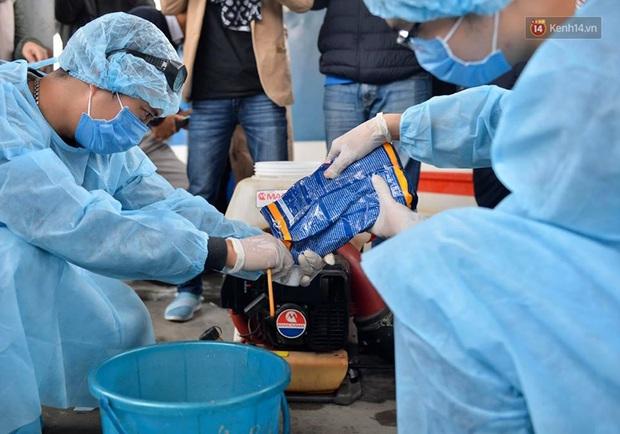 Chùm ảnh: Phun khử trùng, vệ sinh các đoàn tàu tại ga Hà Nội phòng tránh dịch nCoV - Ảnh 2.