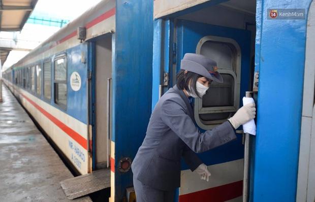 Chùm ảnh: Phun khử trùng, vệ sinh các đoàn tàu tại ga Hà Nội phòng tránh dịch nCoV - Ảnh 15.