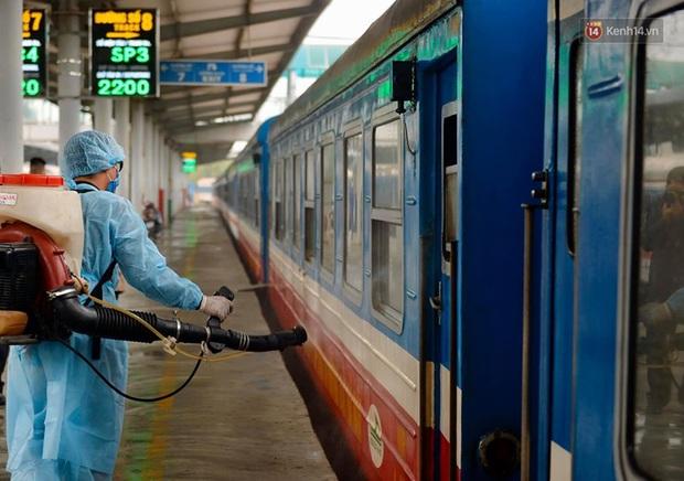 Chùm ảnh: Phun khử trùng, vệ sinh các đoàn tàu tại ga Hà Nội phòng tránh dịch nCoV - Ảnh 7.