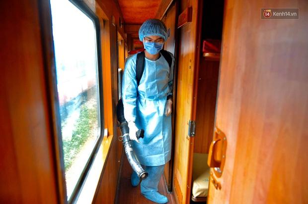 Chùm ảnh: Phun khử trùng, vệ sinh các đoàn tàu tại ga Hà Nội phòng tránh dịch nCoV - Ảnh 9.