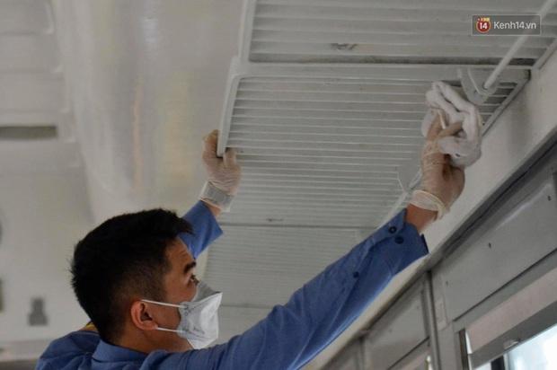 Chùm ảnh: Phun khử trùng, vệ sinh các đoàn tàu tại ga Hà Nội phòng tránh dịch nCoV - Ảnh 14.