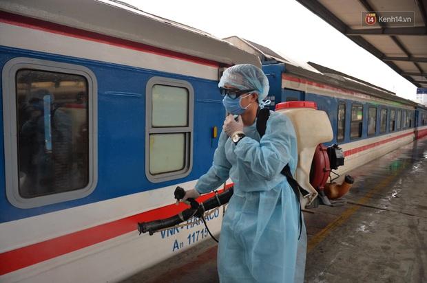 Chùm ảnh: Phun khử trùng, vệ sinh các đoàn tàu tại ga Hà Nội phòng tránh dịch nCoV - Ảnh 6.