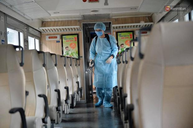 Chùm ảnh: Phun khử trùng, vệ sinh các đoàn tàu tại ga Hà Nội phòng tránh dịch nCoV - Ảnh 11.