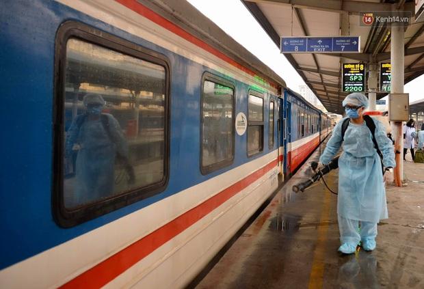 Chùm ảnh: Phun khử trùng, vệ sinh các đoàn tàu tại ga Hà Nội phòng tránh dịch nCoV - Ảnh 4.