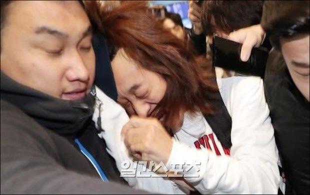 Sao thế giới gây bão khi lộ diện giữa tâm scandal: Taeyeon khóc nức nở, Seungri trang điểm kỹ, Lý Tiểu Lộ tỉnh bơ vui vẻ - Ảnh 9.