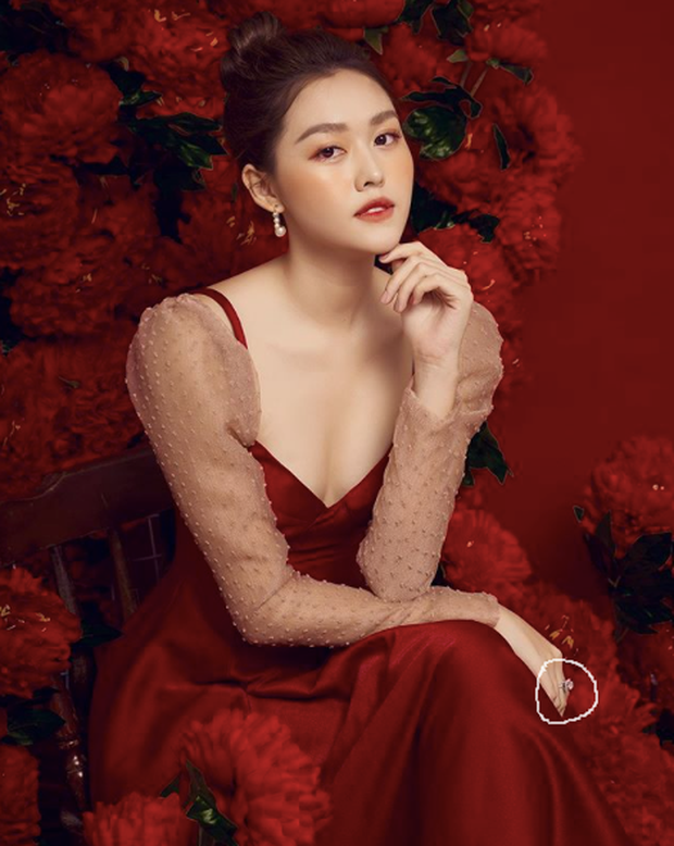 Tường San diện đầm khoét sâu khoe khéo visual sexy, nhưng chiếc nhẫn kim cương to ở tay của cô mới thực sự gây chú ý - Ảnh 1.