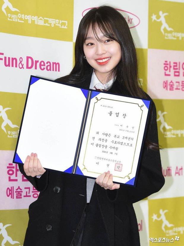 Lễ tốt nghiệp trung học hot nhất đầu năm: Dàn idol quy tụ như dự sự kiện, 2 mẩu của ITZY gây chú ý vì mặc váy quá ngắn - Ảnh 10.