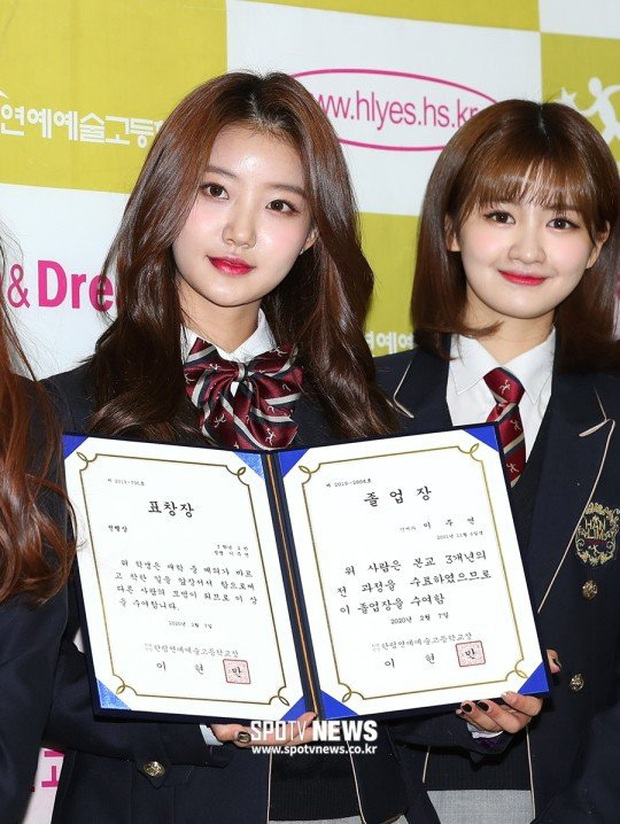 Lễ tốt nghiệp trung học hot nhất đầu năm: Dàn idol quy tụ như dự sự kiện, 2 mẩu của ITZY gây chú ý vì mặc váy quá ngắn - Ảnh 15.