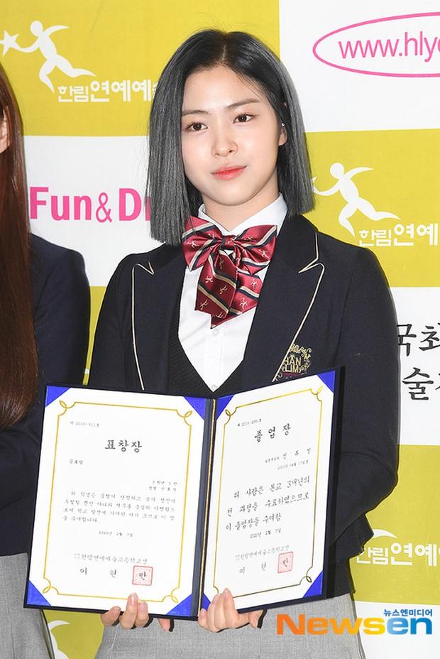 Lễ tốt nghiệp trung học hot nhất đầu năm: Dàn idol quy tụ như dự sự kiện, 2 mẩu của ITZY gây chú ý vì mặc váy quá ngắn - Ảnh 1.