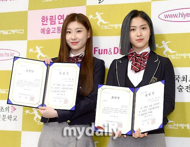 Lễ tốt nghiệp trung học hot nhất đầu năm: Dàn idol quy tụ như dự sự kiện, 2 mẩu của ITZY gây chú ý vì mặc váy quá ngắn - Ảnh 3.