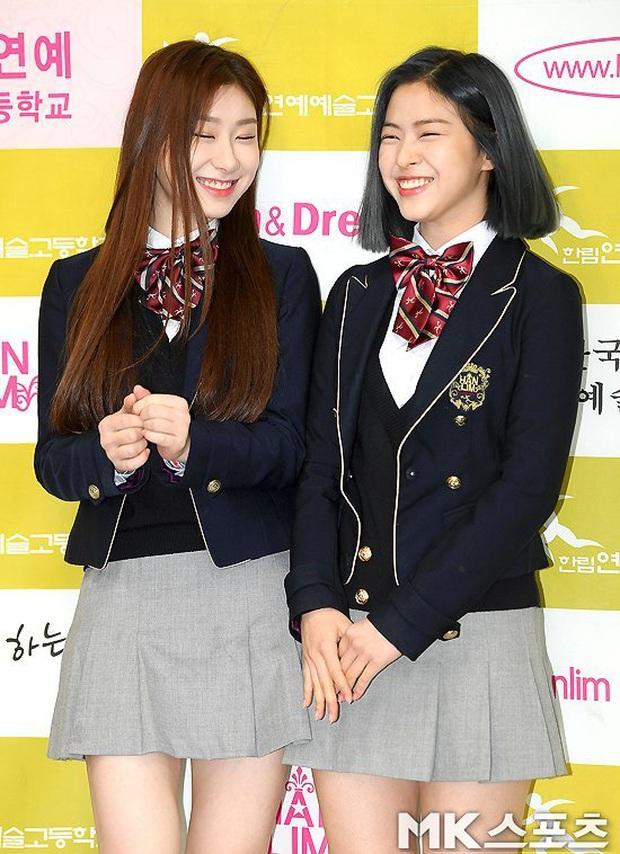Lễ tốt nghiệp trung học hot nhất đầu năm: Dàn idol quy tụ như dự sự kiện, 2 mẩu của ITZY gây chú ý vì mặc váy quá ngắn - Ảnh 4.