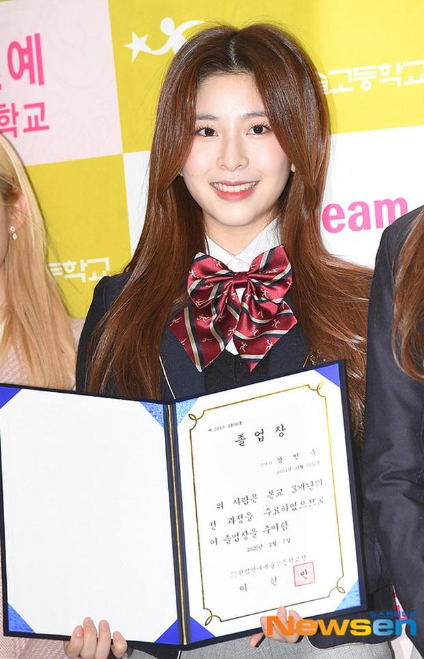 Lễ tốt nghiệp trung học hot nhất đầu năm: Dàn idol quy tụ như dự sự kiện, 2 mẩu của ITZY gây chú ý vì mặc váy quá ngắn - Ảnh 12.