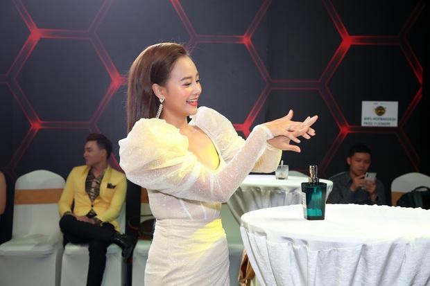 Thái Châu, Nguyên Vũ, Nam Cường... và hơn 30 nghệ sĩ đo nhiệt độ, rửa tay trong họp báo gameshow mới - Ảnh 3.