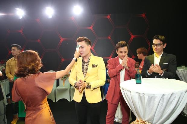 Thái Châu, Nguyên Vũ, Nam Cường... và hơn 30 nghệ sĩ đo nhiệt độ, rửa tay trong họp báo gameshow mới - Ảnh 4.