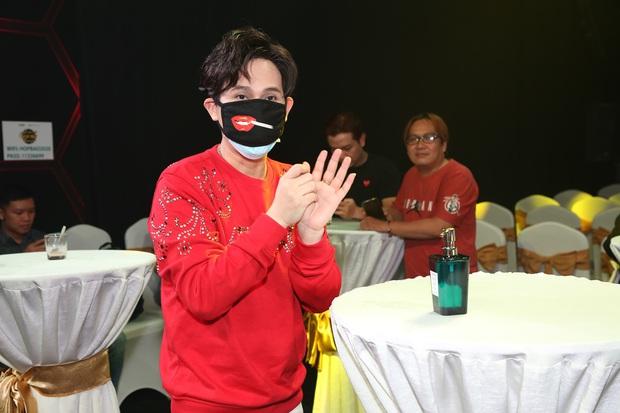 Thái Châu, Nguyên Vũ, Nam Cường... và hơn 30 nghệ sĩ đo nhiệt độ, rửa tay trong họp báo gameshow mới - Ảnh 5.