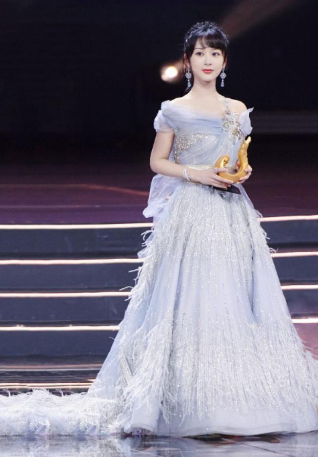 Bị soi hàng rởm, Dương Tử còn lộ khoảnh khắc tăng cân ních chặt váy áo, so sánh với người khác thấy rõ sự khác biệt - Ảnh 4.
