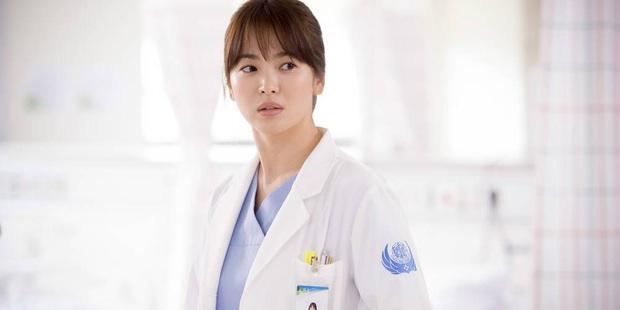 Chân dung lương y như từ mẫu xứ Hàn: Song Hye Kyo liều mạng vì bệnh nhân, thầy thuốc Kim gây sốt vì mở viện cho người nghèo - Ảnh 5.