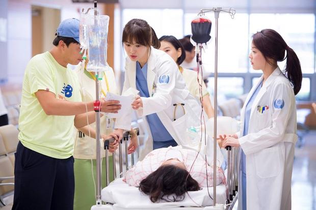 Chân dung lương y như từ mẫu xứ Hàn: Song Hye Kyo liều mạng vì bệnh nhân, thầy thuốc Kim gây sốt vì mở viện cho người nghèo - Ảnh 6.