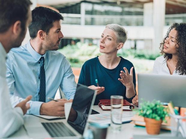 Warren Buffett khẳng định người nói giỏi trước đám đông có thể kiếm gấp đôi số tiền mình có và đây là cách để rèn luyện kỹ năng theo HLV nghề nghiệp - Ảnh 4.