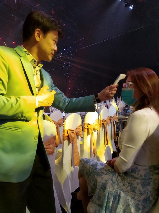 Thái Châu, Nguyên Vũ, Nam Cường... và hơn 30 nghệ sĩ đo nhiệt độ, rửa tay trong họp báo gameshow mới - Ảnh 6.
