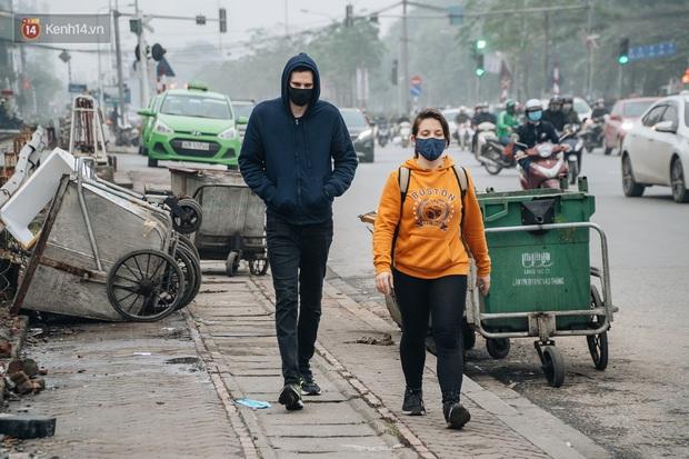 Khi người dân chen nhau mua bằng được khẩu trang để bảo vệ chính mình nhưng lại vứt tràn lan ra ngoài môi trường - Ảnh 5.