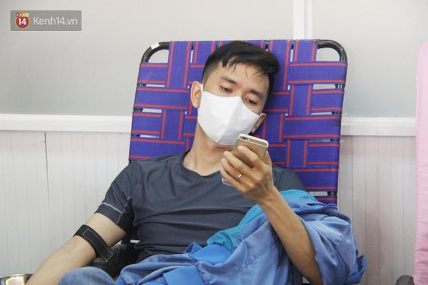 Cạn kiệt nguồn dự trữ máu giữa dịch bệnh virus Corona, hàng trăm bạn trẻ Sài Gòn vui vẻ xếp hàng đi hiến máu cứu người - Ảnh 10.