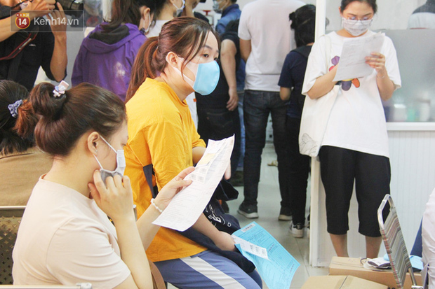 Cạn kiệt nguồn dự trữ máu giữa dịch bệnh virus Corona, hàng trăm bạn trẻ Sài Gòn vui vẻ xếp hàng đi hiến máu cứu người - Ảnh 3.