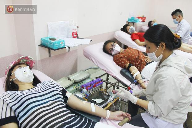 Cạn kiệt nguồn dự trữ máu giữa dịch bệnh virus Corona, hàng trăm bạn trẻ Sài Gòn vui vẻ xếp hàng đi hiến máu cứu người - Ảnh 7.