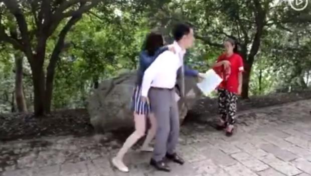 Ngã ngửa sự thật sau loạt khoảnh khắc nhạy cảm của sao châu Á: BTS bị nghi dòm trộm vòng 1, Hoàng Hiên sờ đùi Dương Mịch - Ảnh 22.